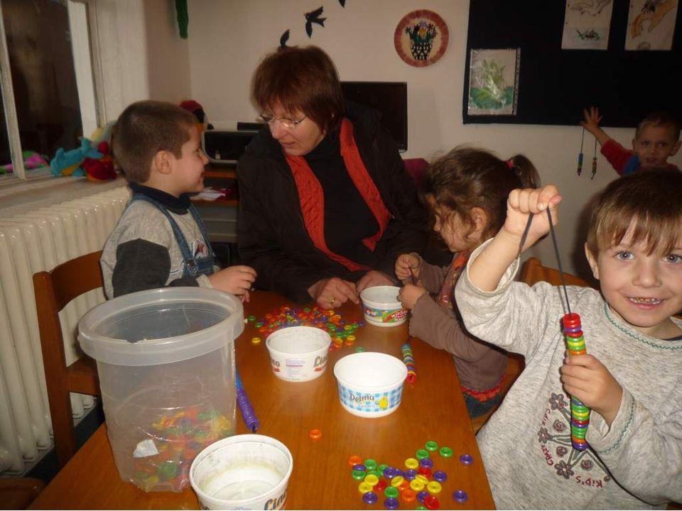 Sie konnte keine eigenen Kinder bekommen und hat 8 Kinder adoptiert.