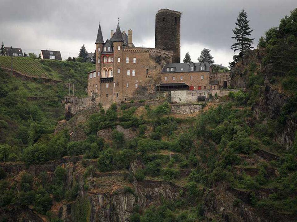 Ganz in der Nähe der Loreley liegt die Stadt St. Goarshausen wo sich am Ende des Stadtgefüges die Burg Katz befindet.