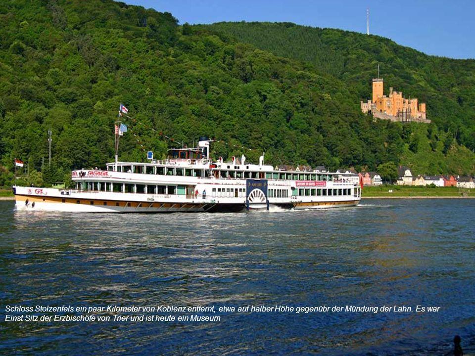 Schloss Stolzenfels ein paar Kilometer von Koblenz entfernt, etwa auf halber Höhe gegenübr der Mündung der Lahn.