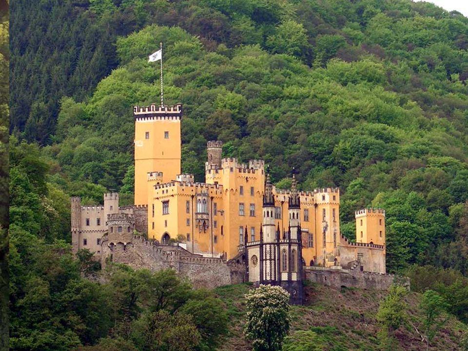 Schloss Stolzenfels ein paar Kilometer von Koblenz entfernt, etwa auf halber Höhe gegenübr der Mündung der Lahn. Es war Einst Sitz der Erzbischöfe von