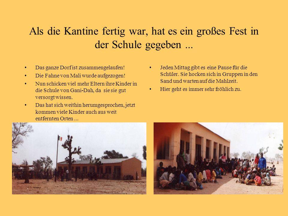 Als die Kantine fertig war, hat es ein großes Fest in der Schule gegeben... Das ganze Dorf ist zusammengelaufen! Die Fahne von Mali wurde aufgezogen!