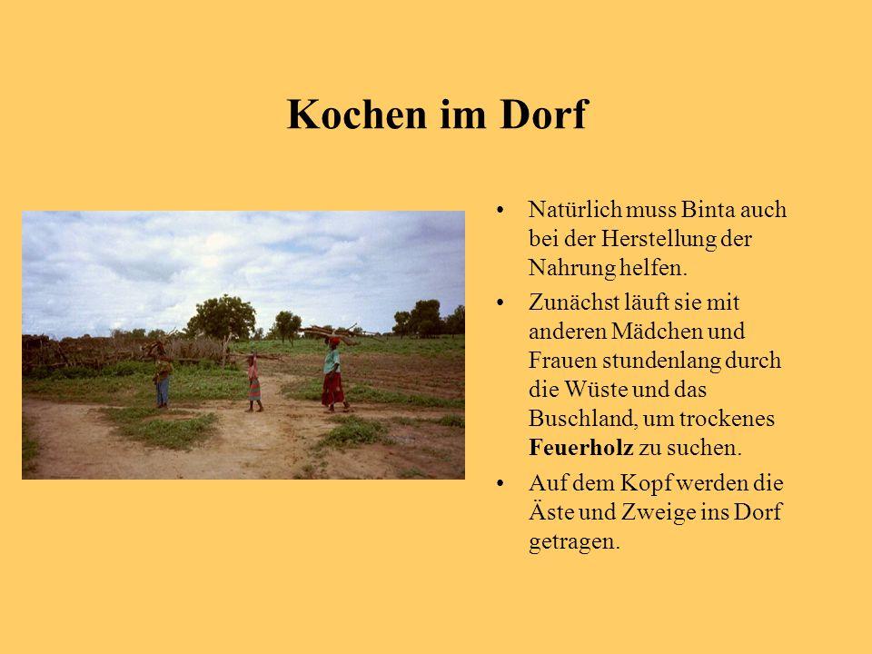 Kochen im Dorf Natürlich muss Binta auch bei der Herstellung der Nahrung helfen. Zunächst läuft sie mit anderen Mädchen und Frauen stundenlang durch d