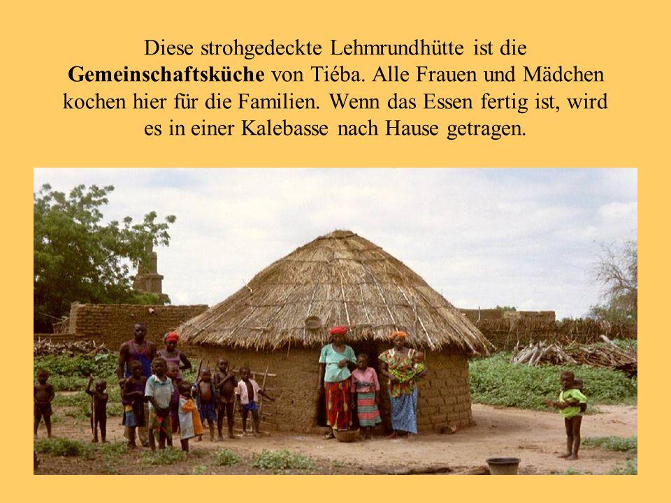 Diese strohgedeckte Lehmrundhütte ist die Gemeinschaftsküche von Tiéba. Alle Frauen und Mädchen kochen hier für die Familien. Wenn das Essen fertig is