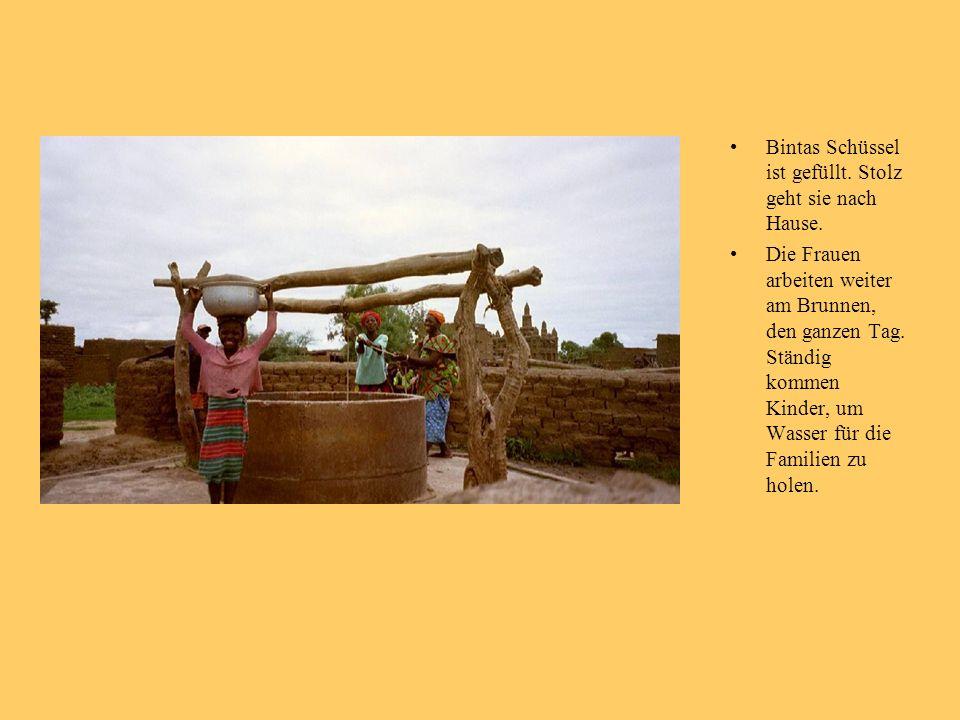 Bintas Schüssel ist gefüllt. Stolz geht sie nach Hause. Die Frauen arbeiten weiter am Brunnen, den ganzen Tag. Ständig kommen Kinder, um Wasser für di