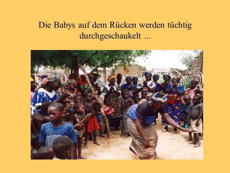 Die Babys auf dem Rücken werden tüchtig durchgeschaukelt...