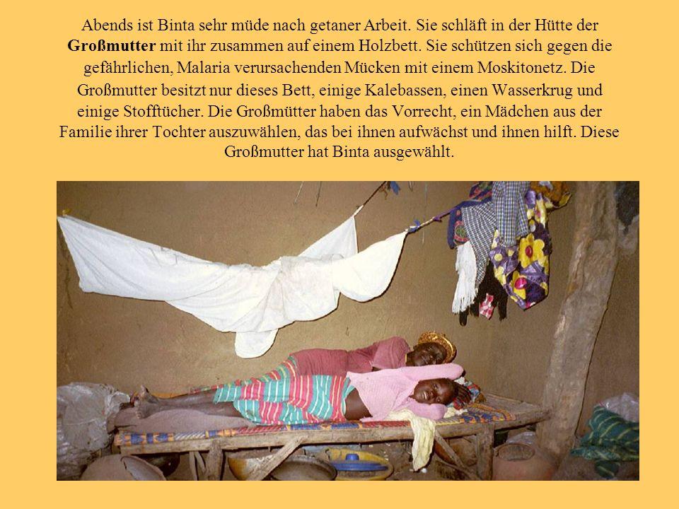 Abends ist Binta sehr müde nach getaner Arbeit. Sie schläft in der Hütte der Großmutter mit ihr zusammen auf einem Holzbett. Sie schützen sich gegen d
