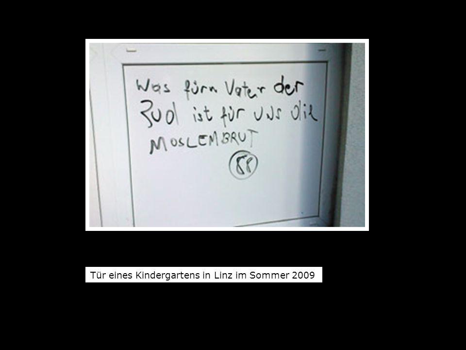 Tür eines Kindergartens in Linz im Sommer 2009