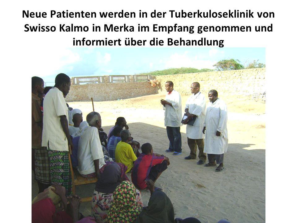 Neue Patienten werden in der Tuberkuloseklinik von Swisso Kalmo in Merka im Empfang genommen und informiert über die Behandlung