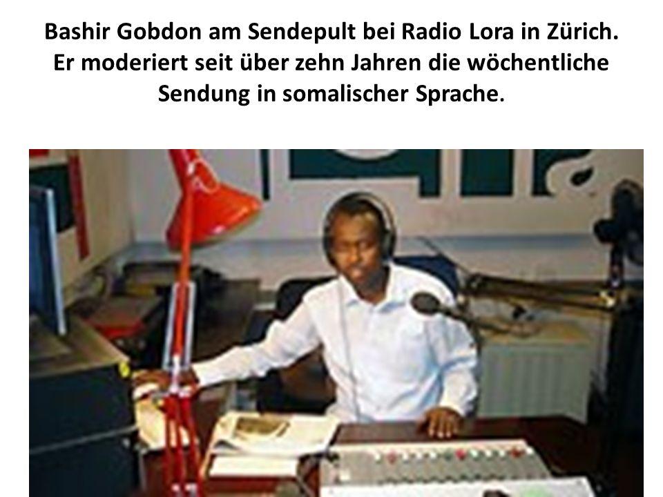 Bashir Gobdon am Sendepult bei Radio Lora in Zürich. Er moderiert seit über zehn Jahren die wöchentliche Sendung in somalischer Sprache.