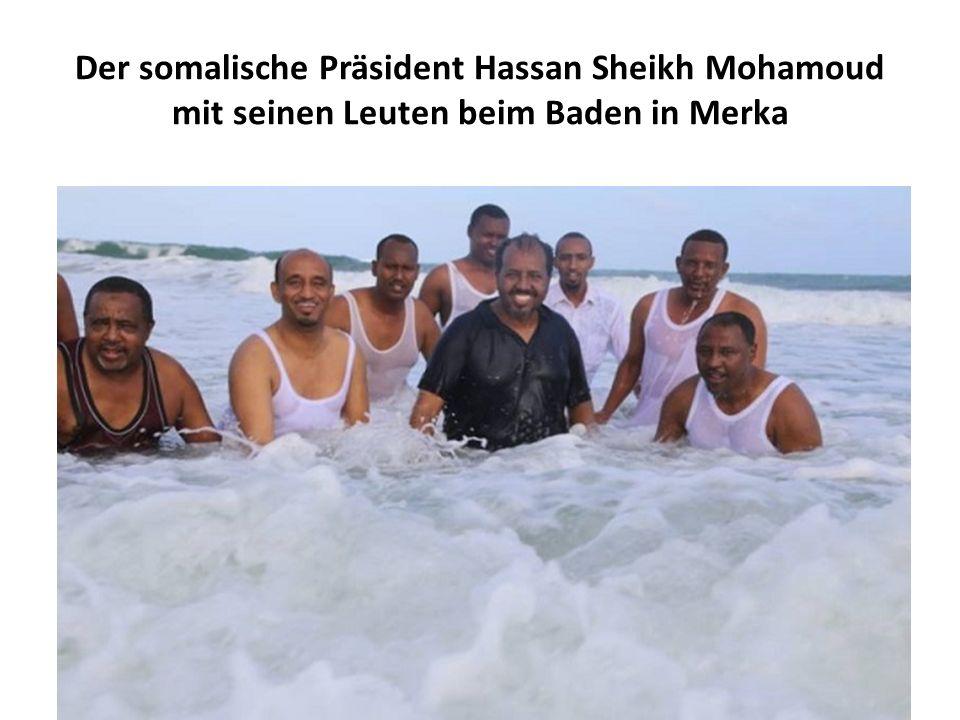 Der somalische Präsident Hassan Sheikh Mohamoud mit seinen Leuten beim Baden in Merka