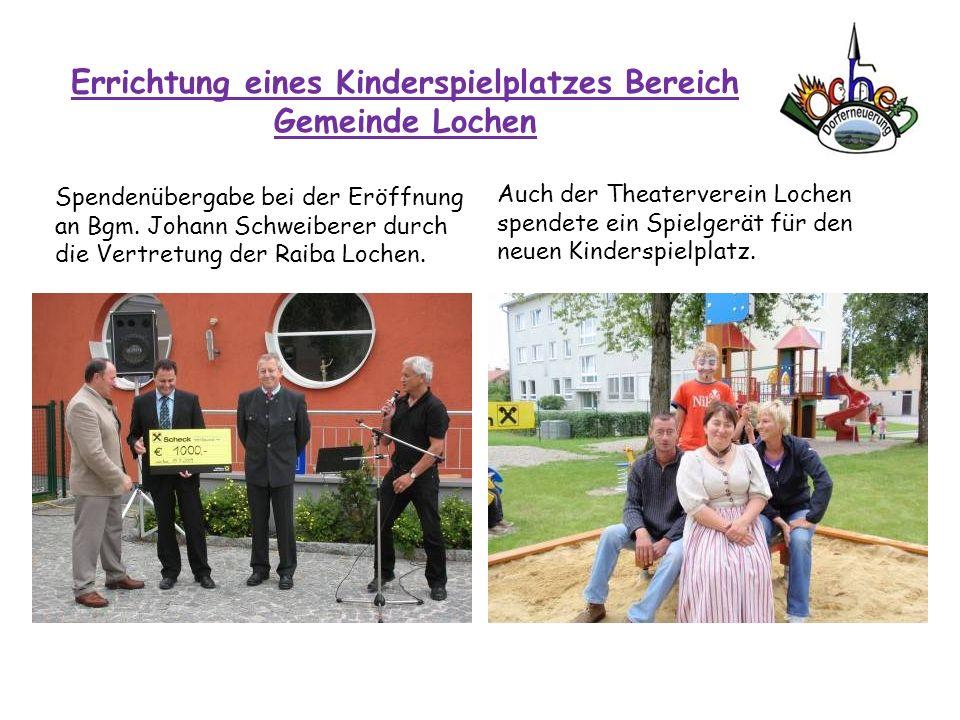 Errichtung eines Kinderspielplatzes Bereich Gemeinde Lochen Spendenübergabe bei der Eröffnung an Bgm. Johann Schweiberer durch die Vertretung der Raib