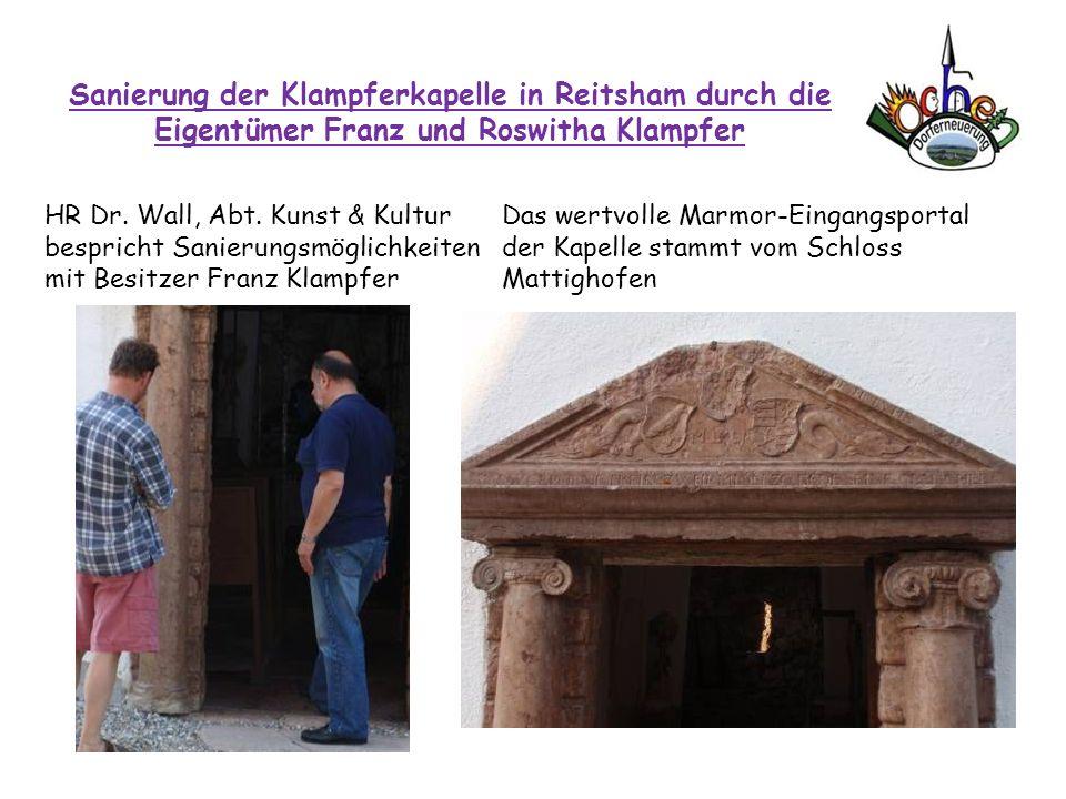 Sanierung der Klampferkapelle in Reitsham durch die Eigentümer Franz und Roswitha Klampfer HR Dr. Wall, Abt. Kunst & Kultur bespricht Sanierungsmöglic