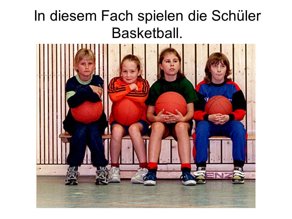 In diesem Fach spielen die Schüler Basketball.