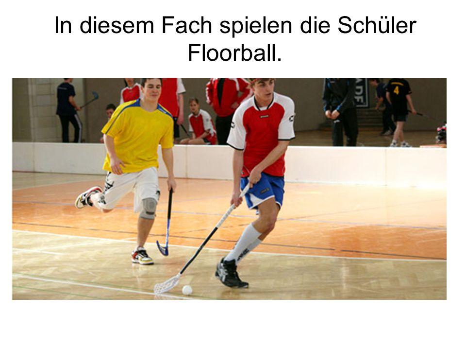 In diesem Fach spielen die Schüler Floorball.