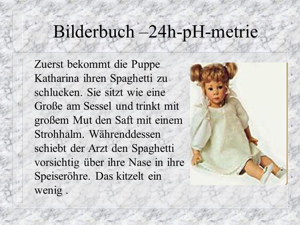 Bilderbuch –24h-pH-metrie Zuerst bekommt die Puppe Katharina ihren Spaghetti zu schlucken. Sie sitzt wie eine Große am Sessel und trinkt mit großem Mu