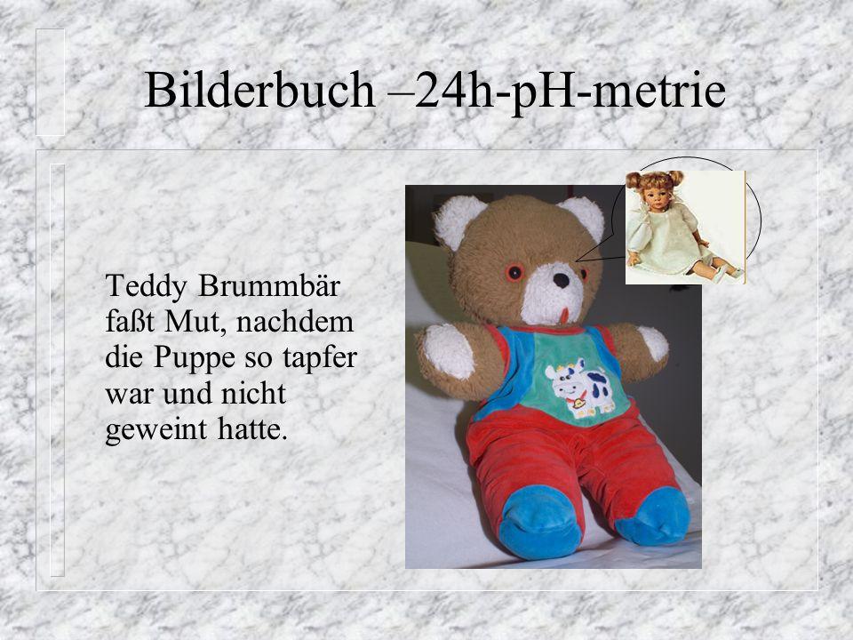 Teddy Brummbär setzt sich auf den Sessel und schluckt den Spaghetti so tapfer wie seine Puppe.