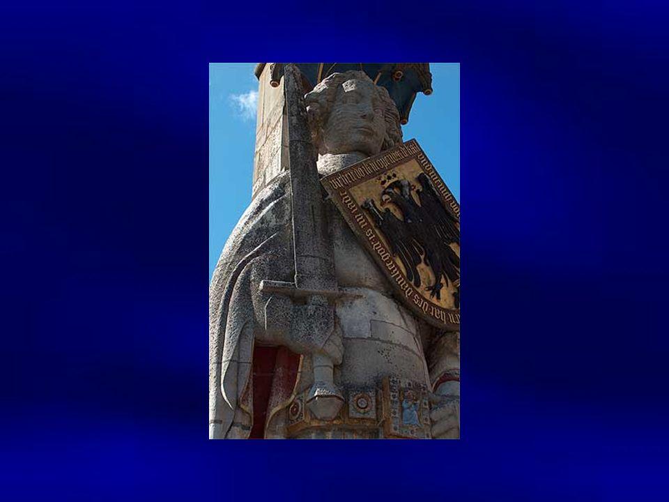 Als Zeichen der Stadtfreiheit steht seit 1404 eine fast 10 Meter hohe Statue auf dem Marktplatz: der Roland. Es ist bis heute das Bremer Wahrzeichen.