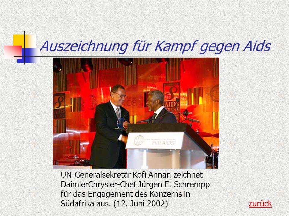 Auszeichnung für Kampf gegen Aids UN-Generalsekretär Kofi Annan zeichnet DaimlerChrysler-Chef Jürgen E. Schrempp für das Engagement des Konzerns in Sü