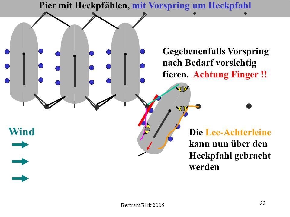 Bertram Birk 2005 30 Pier mit Heckpfählen, mit Vorspring um Heckpfahl Wind Gegebenenfalls Vorspring nach Bedarf vorsichtig fieren. Achtung Finger !! D