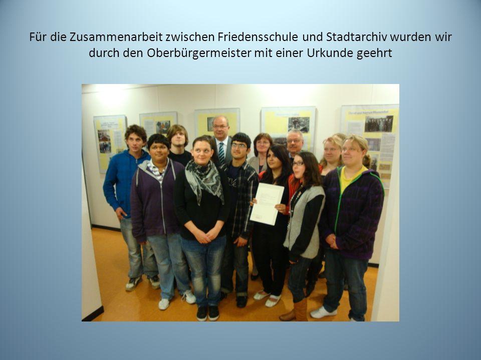 Für die Zusammenarbeit zwischen Friedensschule und Stadtarchiv wurden wir durch den Oberbürgermeister mit einer Urkunde geehrt