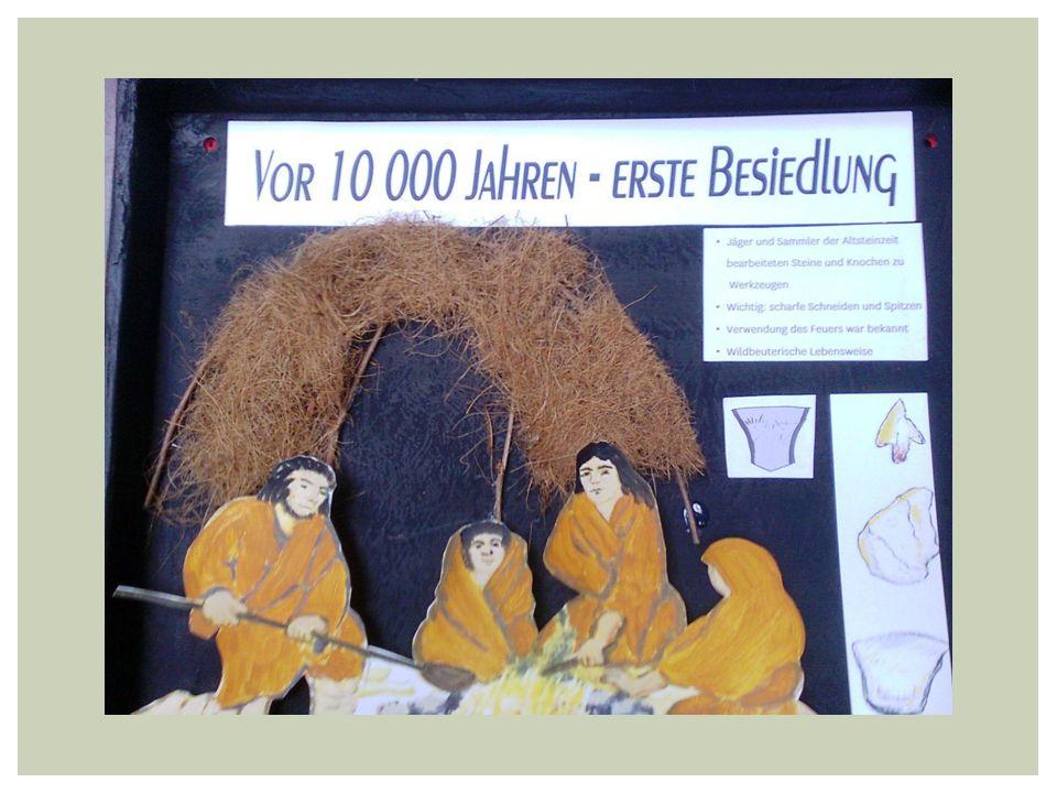 Nach einigen Jahrtausenden entstanden durch Verwitterung nährstoffreiche Böden Jäger und Sammler siedelten häufig in der Nähe des Wassers, aber nur für kurze Zeit Mit der Zeit verkürzten sich die Wanderwege, sie wurden länger sesshaft VOR 4 500 JAHREN- JUNGSTEINZEIT (1) Neben Fischen, Jagen und Sammeln betrieben die Menschen in der Jungsteinzeit auch Ackerbau ( Emmer, Einkorn, Weizen) und Viehzucht Sie bauten sich Pfahlbauten aus Holz, Stroh und Lehm ( Fo: Trebus vor 4500 Jahren ) Typisch auch: kugelförmige zweihenklige Keramikgefäße, Gefäße wurden durch Bänder (Schnüre ) verziert… daher: Schnurkeramikzeit Zwischen Tempelberg und Steinhöfel Grabfund aus dieser Zeit ( 8x3m)… genannt die Tempelberger Steinkiste