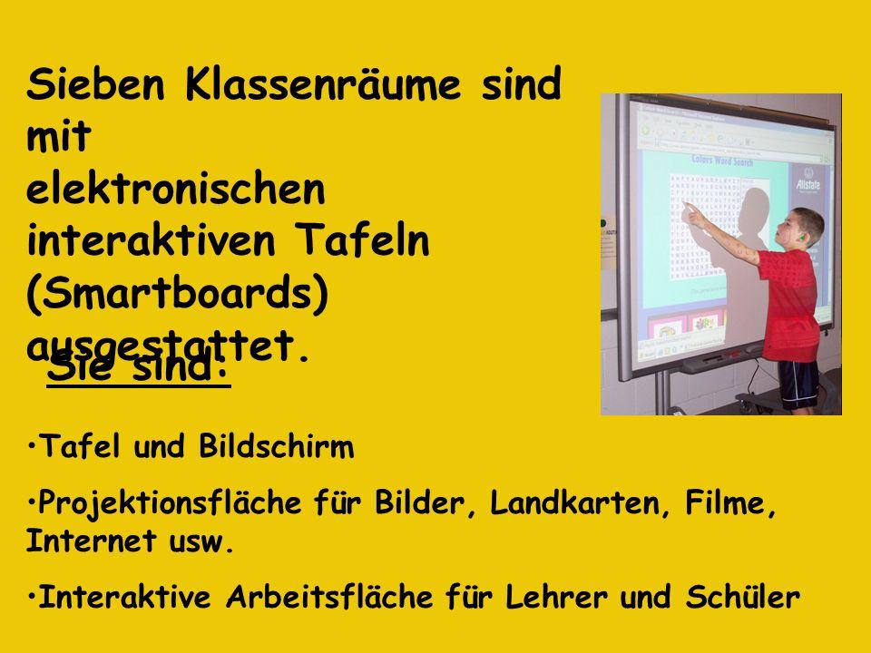 Sieben Klassenräume sind mit elektronischen interaktiven Tafeln (Smartboards) ausgestattet. Tafel und Bildschirm Projektionsfläche für Bilder, Landkar