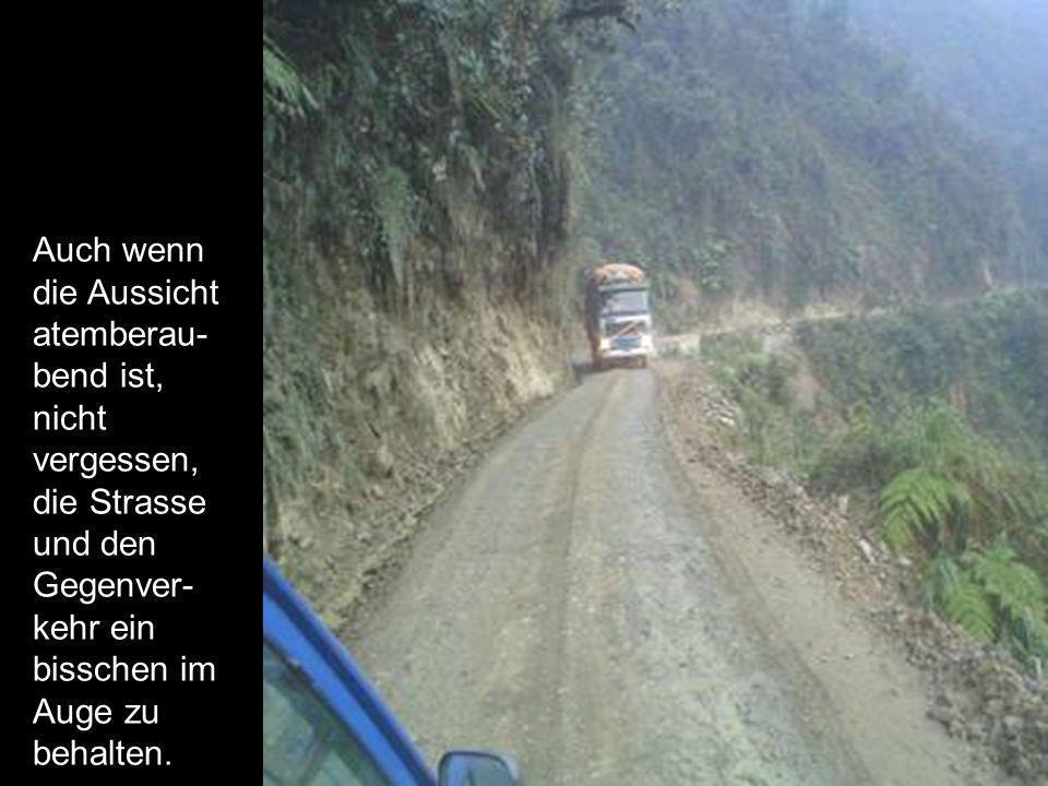 Auch wenn die Aussicht atemberau- bend ist, nicht vergessen, die Strasse und den Gegenver- kehr ein bisschen im Auge zu behalten.