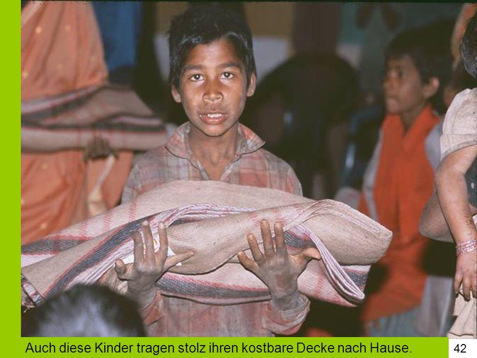 42 Auch diese Kinder tragen stolz ihren kostbare Decke nach Hause.