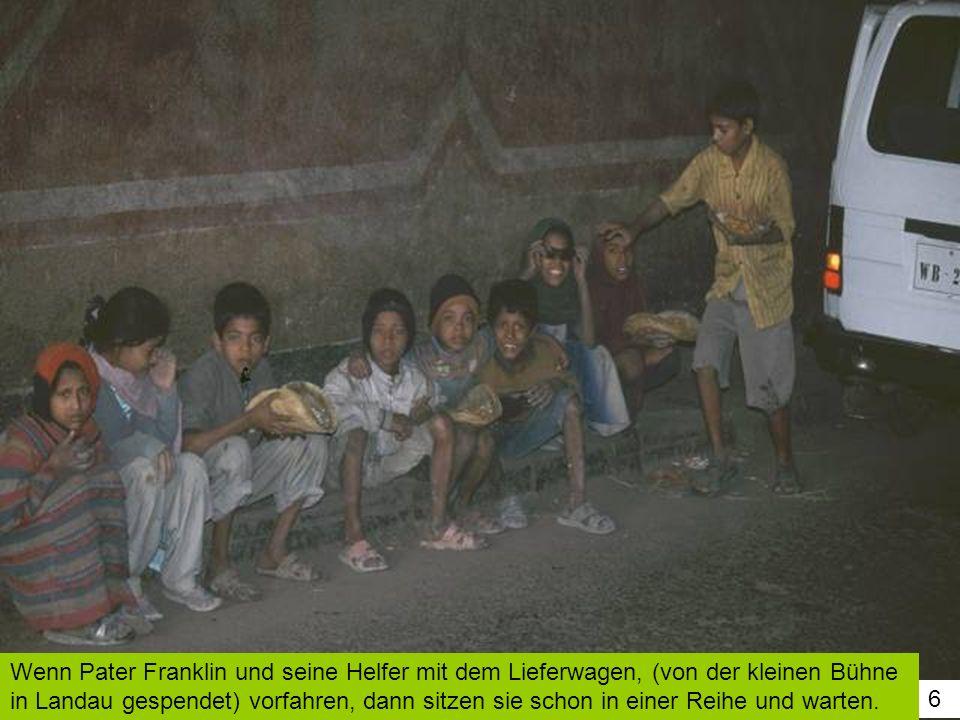 6 Wenn Pater Franklin und seine Helfer mit dem Lieferwagen, (von der kleinen Bühne in Landau gespendet) vorfahren, dann sitzen sie schon in einer Reih