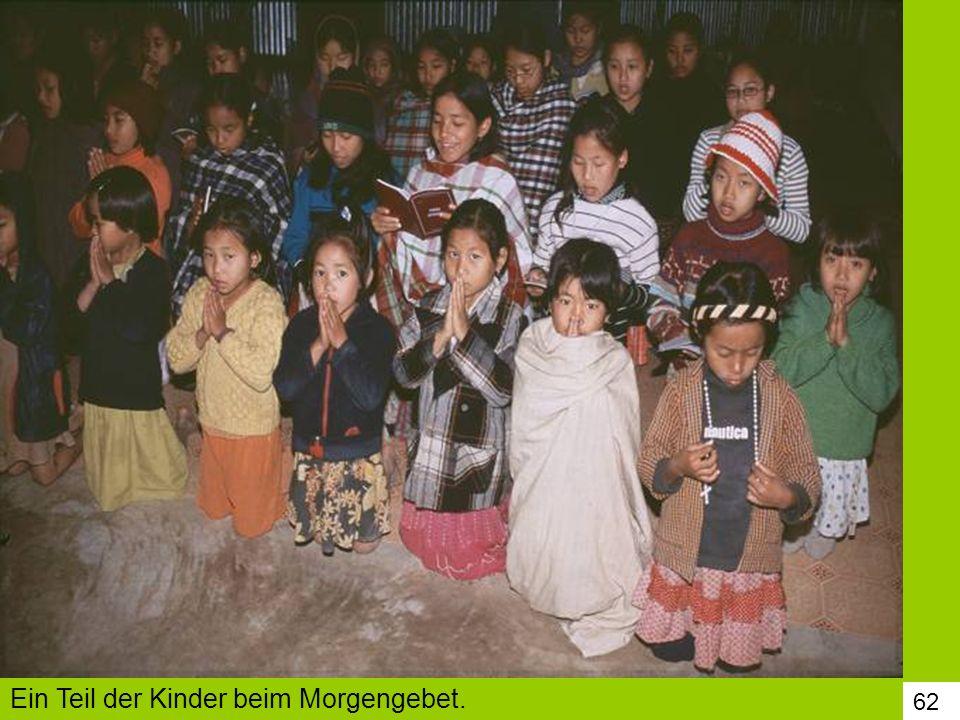 62 Ein Teil der Kinder beim Morgengebet.