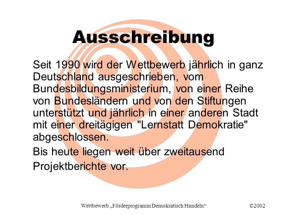 ©2002Wettbewerb Förderprogramm Demokratisch Handeln Ausschreibung Seit 1990 wird der Wettbewerb jährlich in ganz Deutschland ausgeschrieben, vom Bundesbildungsministerium, von einer Reihe von Bundesländern und von den Stiftungen unterstützt und jährlich in einer anderen Stadt mit einer dreitägigen Lernstatt Demokratie abgeschlossen.