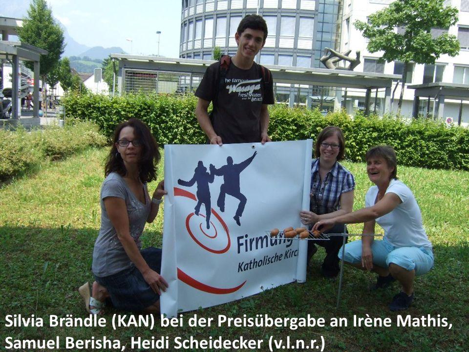 Silvia Brändle (KAN) bei der Preisübergabe an Irène Mathis, Samuel Berisha, Heidi Scheidecker (v.l.n.r.)