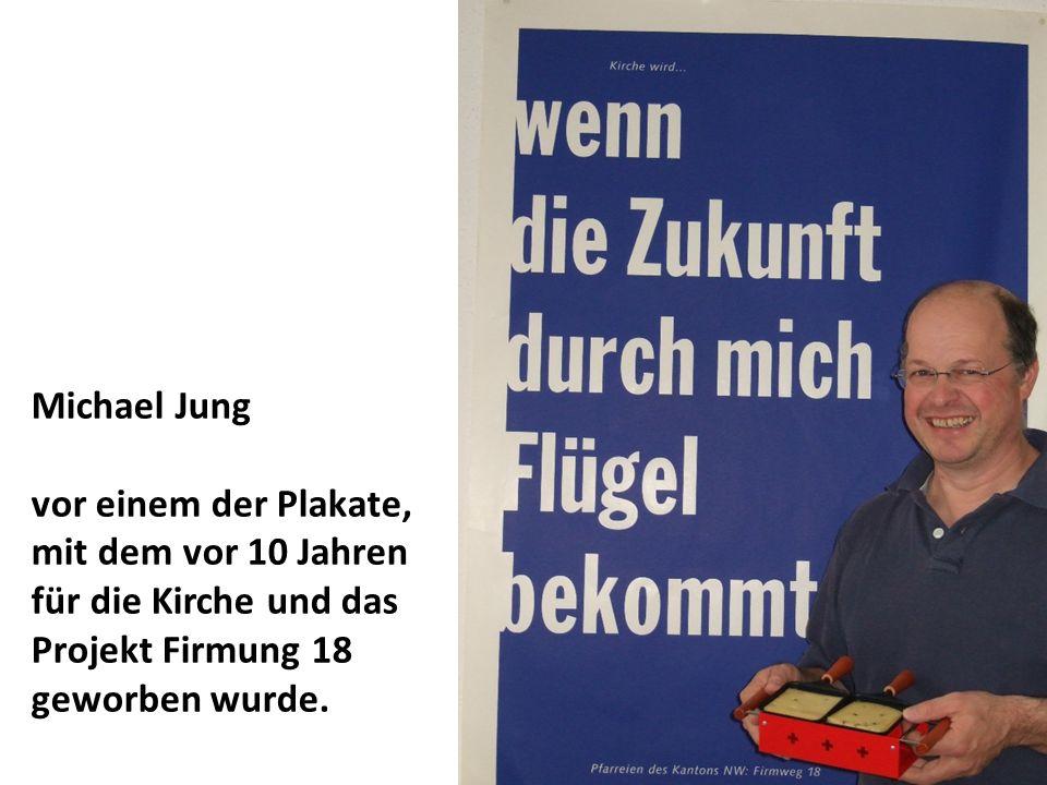Michael Jung vor einem der Plakate, mit dem vor 10 Jahren für die Kirche und das Projekt Firmung 18 geworben wurde.