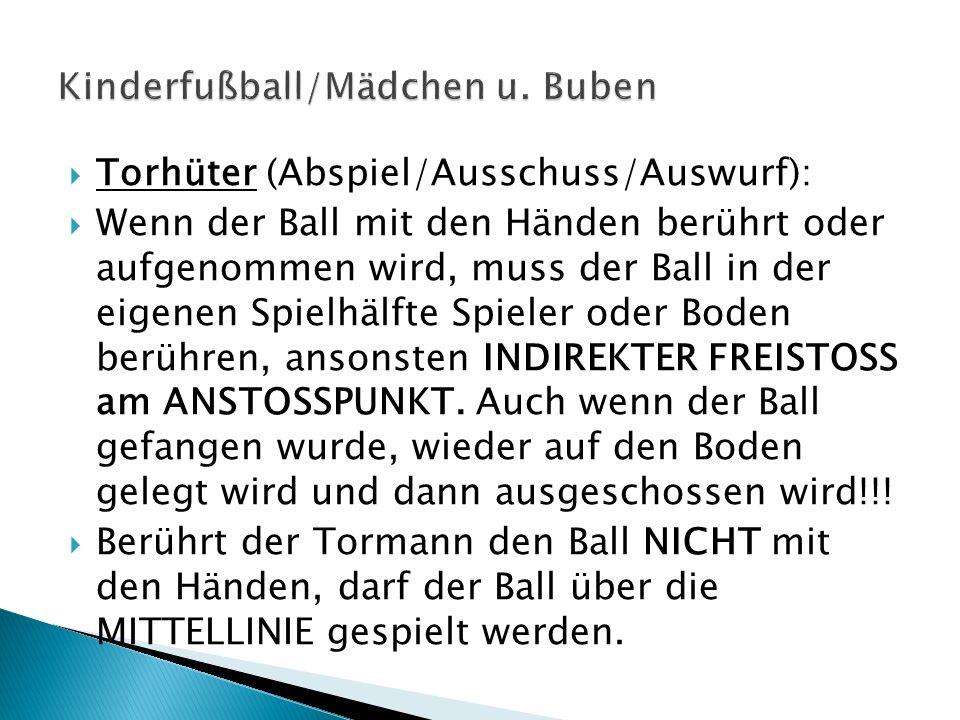 Torhüter (Abspiel/Ausschuss/Auswurf): Wenn der Ball mit den Händen berührt oder aufgenommen wird, muss der Ball in der eigenen Spielhälfte Spieler ode