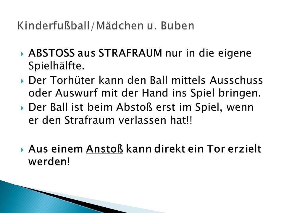 ABSTOSS aus STRAFRAUM nur in die eigene Spielhälfte. Der Torhüter kann den Ball mittels Ausschuss oder Auswurf mit der Hand ins Spiel bringen. Der Bal