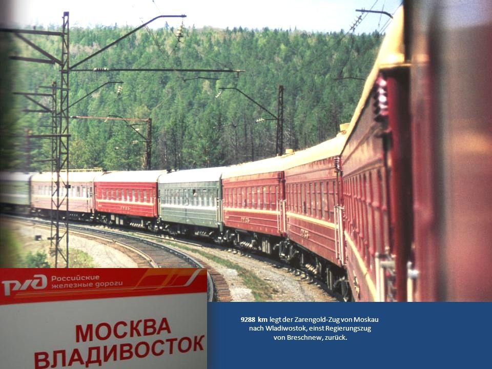 Die Reise beginnt am Bahnhof Jaroslaw Die Säule markiert den westlichen Beginn der Strecke beim Km 0 Das Gegenstück steht 9288 km entfernt im Bahnhof