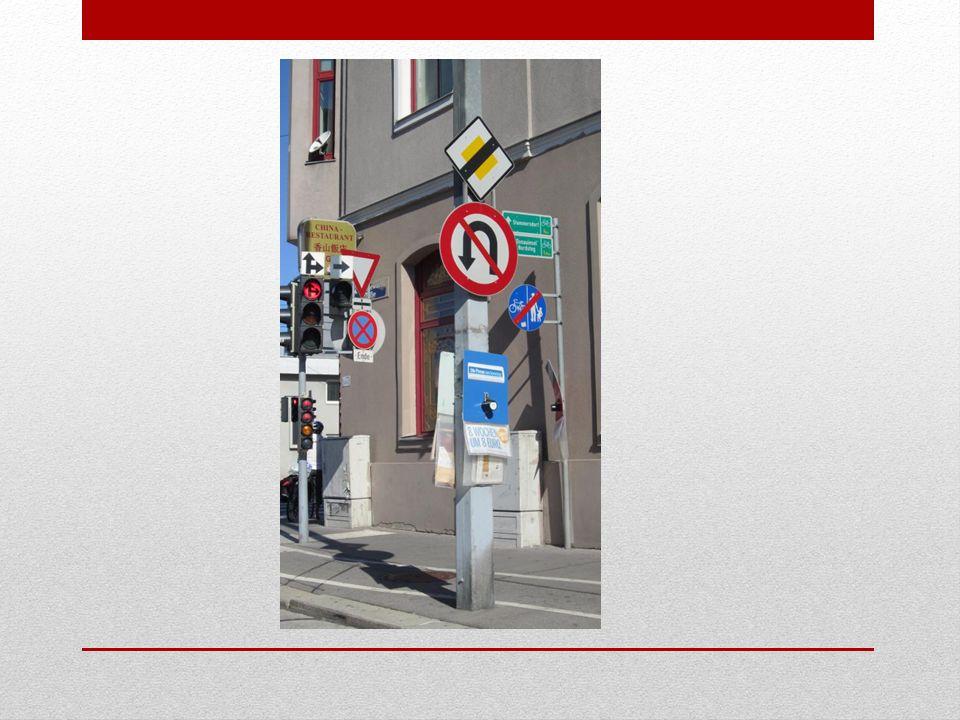 Mögliche Lösungen: 1.Große Verkehrsampel (zeigt rotes Licht) 2.Radfahrerampel 3.Vorrang geben 4.Halten und Parken verboten – Ende 5.Ende der Vorrangstraße 6.Umkehren verboten 7.Ende des Geh- und Radweges 8.Hinweise auf zwei Radwege 9.Straßenschild 10.zwei Zeitungsständer 11.Ecklokal: Chinarestaurant