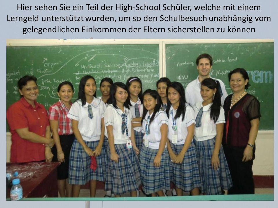 Hier sehen Sie ein Teil der High-School Schüler, welche mit einem Lerngeld unterstützt wurden, um so den Schulbesuch unabhängig vom gelegendlichen Ein