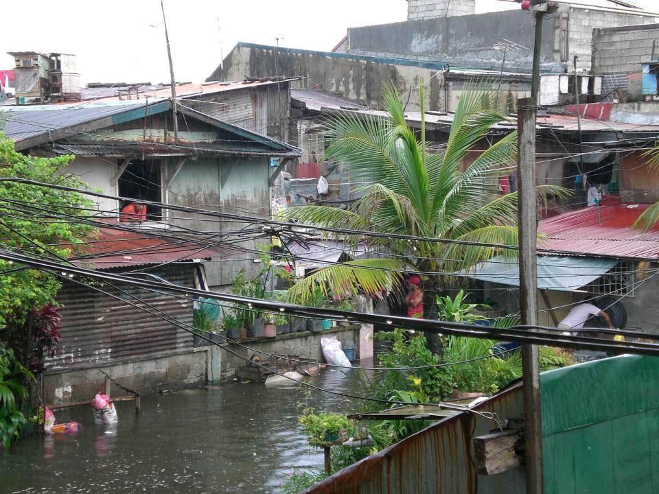 Das Umfeld: Die Lebensbedingungen im Slum Manila: – offiziell 12,6 Millionen Einwohner, tatsächlich durch Zuwanderung wohl knapp 2 Millionen mehr Philippinen: – Etwa 40% der Bevölkerung leben unterhalb der Armutsgrenze (< 1/Tag) – Durchschnittlich 6 Kinder pro Familie – 34% der Bevölkerung ist jünger als 14 Jahre
