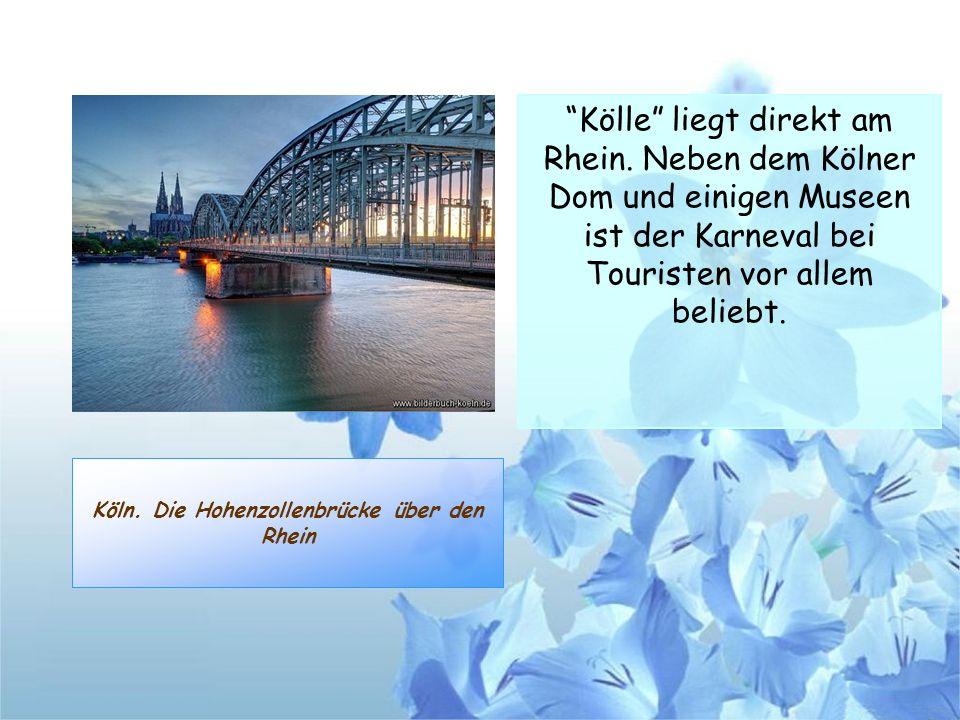 Köln. Die Hohenzollenbrücke über den Rhein Kölle liegt direkt am Rhein. Neben dem Kölner Dom und einigen Museen ist der Karneval bei Touristen vor all