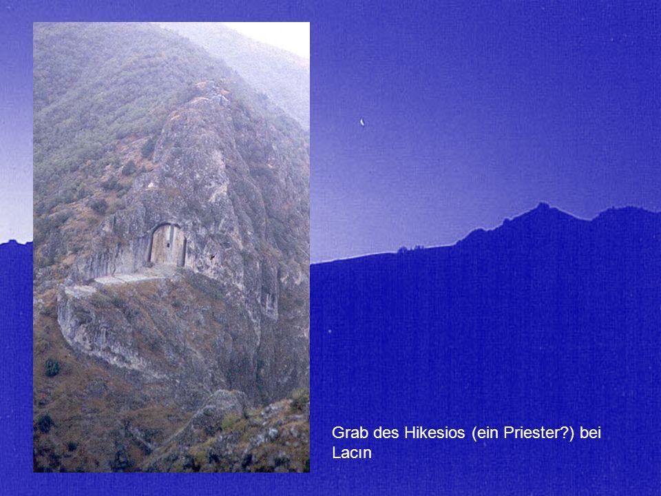 Grab des Hikesios (ein Priester?) bei Lacın