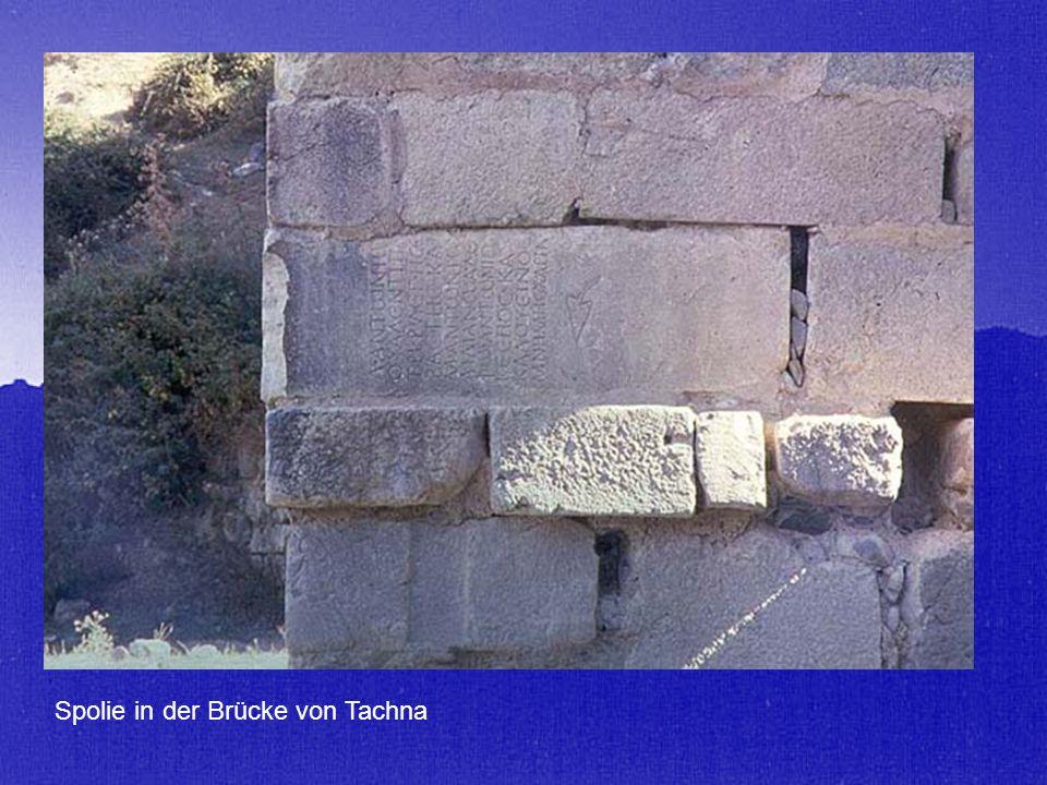 Spolie in der Brücke von Tachna