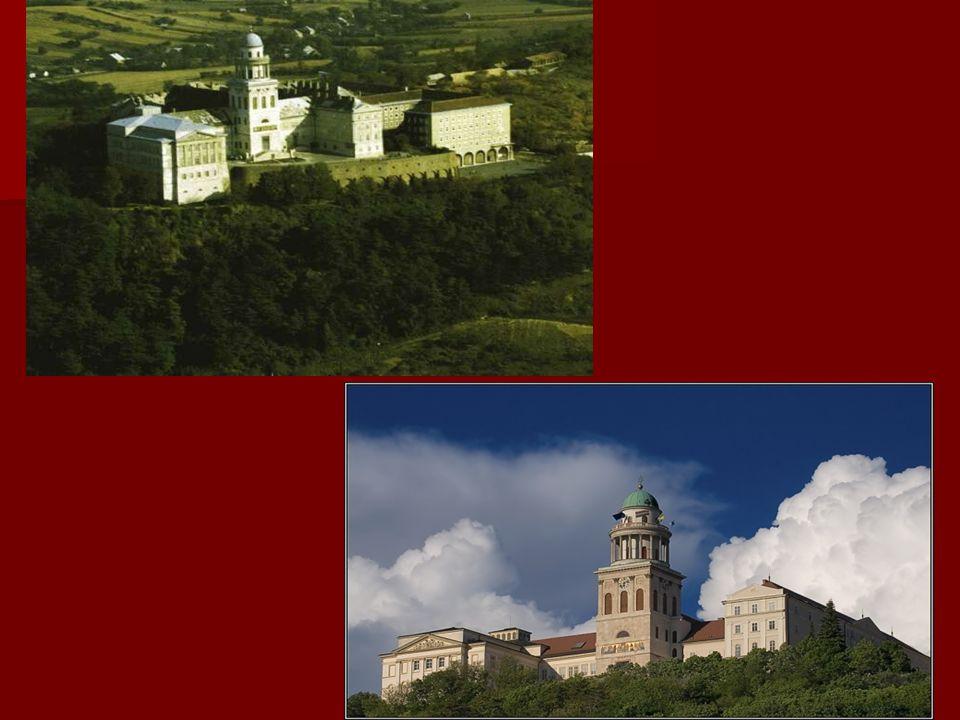Jahrhunderte wuchs das Kloster sowohl hinsichtlich seiner Größe als auch seiner Bedeutung beständig weiter. Seit dem 18. Jahrhundert übernahm die Einr