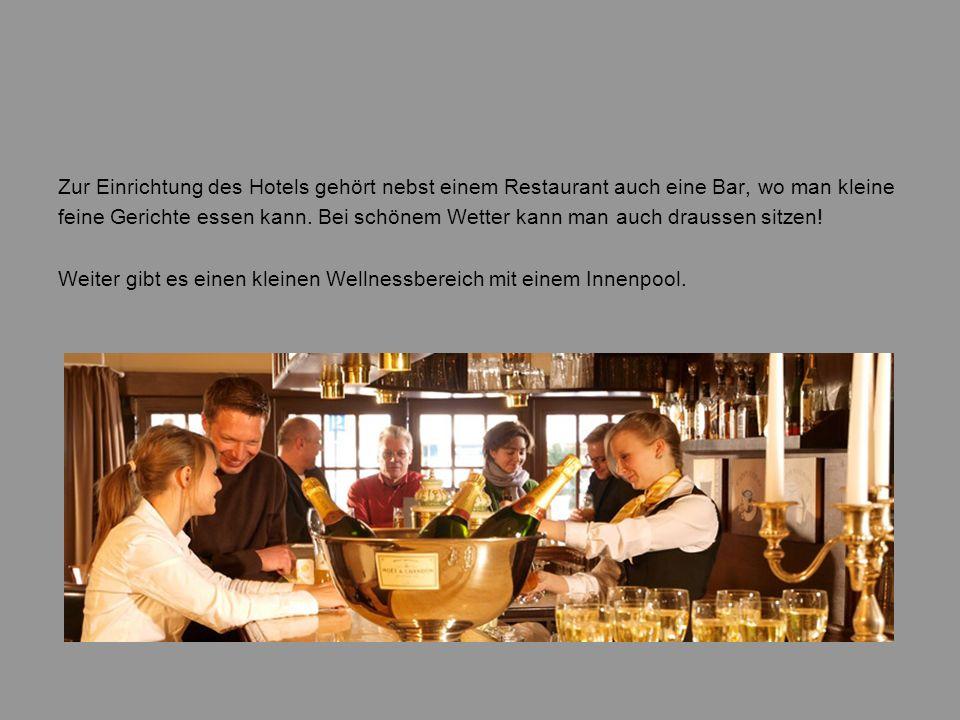 Zur Einrichtung des Hotels gehört nebst einem Restaurant auch eine Bar, wo man kleine feine Gerichte essen kann. Bei schönem Wetter kann man auch drau