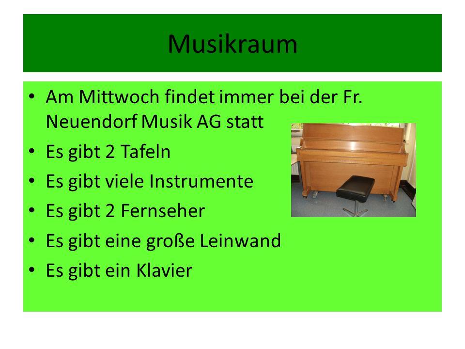 Musikraum Am Mittwoch findet immer bei der Fr. Neuendorf Musik AG statt Es gibt 2 Tafeln Es gibt viele Instrumente Es gibt 2 Fernseher Es gibt eine gr