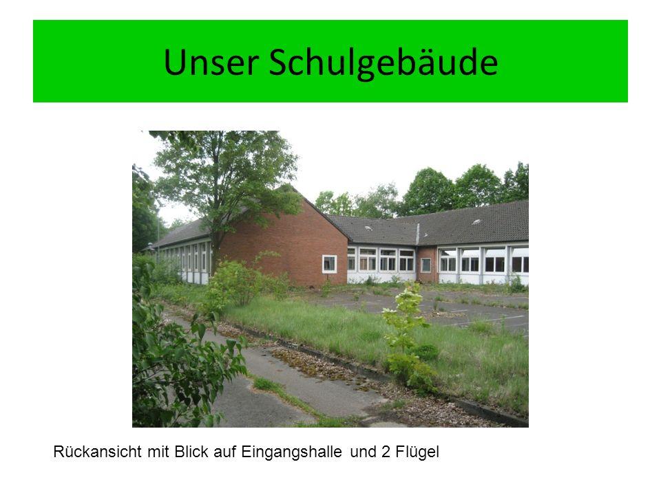 Unser Schulgebäude Rückansicht mit Blick auf Eingangshalle und 2 Flügel