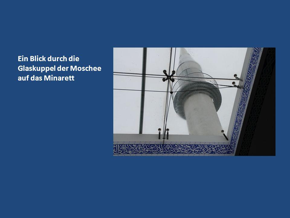 Ein Blick durch die Glaskuppel der Moschee auf das Minarett