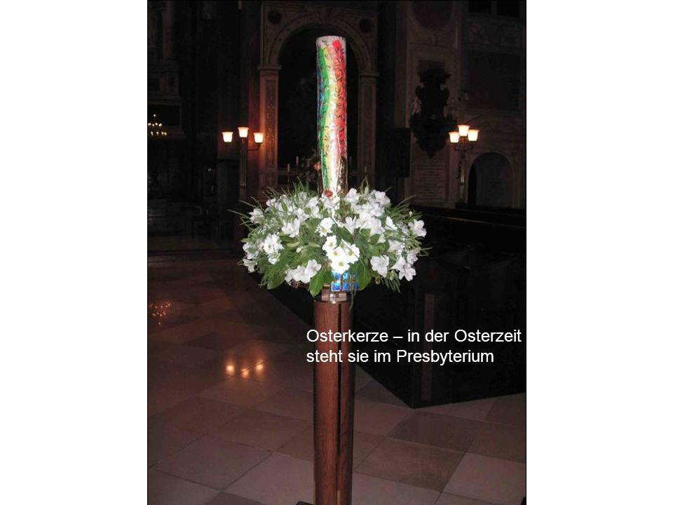 Osterkerze – in der Osterzeit steht sie im Presbyterium