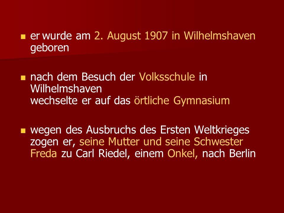 er wurde am 2. August 1907 in Wilhelmshaven geboren nach dem Besuch der Volksschule in Wilhelmshaven wechselte er auf das örtliche Gymnasium wegen des
