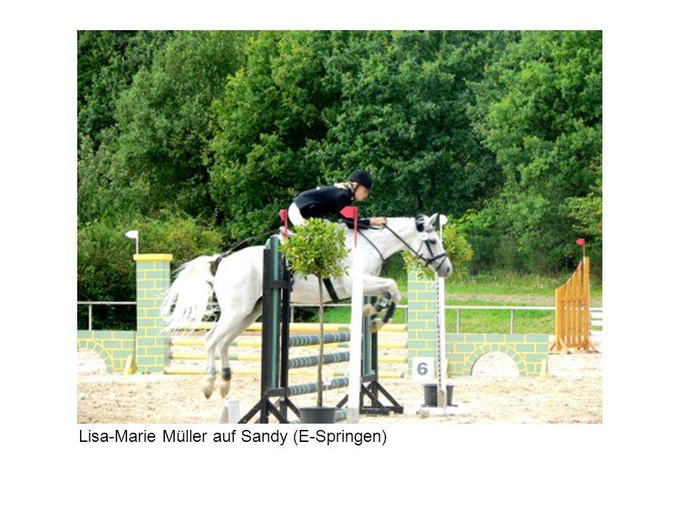 Lisa-Marie Müller auf Sandy (E-Springen)